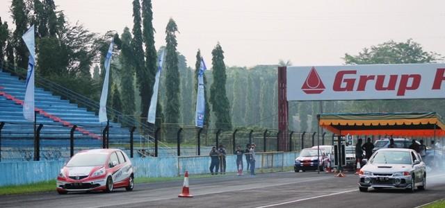 """Sentul – Sirkuit Sentul, Minggu lalu (31/08) kembali menggelar ajang adu kecepatan mobil """"Drag Race"""" seri ketiga. Event yang hanya menggunakan lintasan lurus berjarak 402m ini diikuti 410 peserta diberbagai […]"""