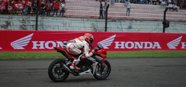 Sirkuit Sentul – Untuk kedua kalinya dalam tahun ini, Marc Marquez menyambangi Sirkuit Sentul. Pada Selasa kemarin (25/10) Marc Marquez datang kembali untuk merayakan gelar juara dunia MotoGP sekaligus menggeber […]